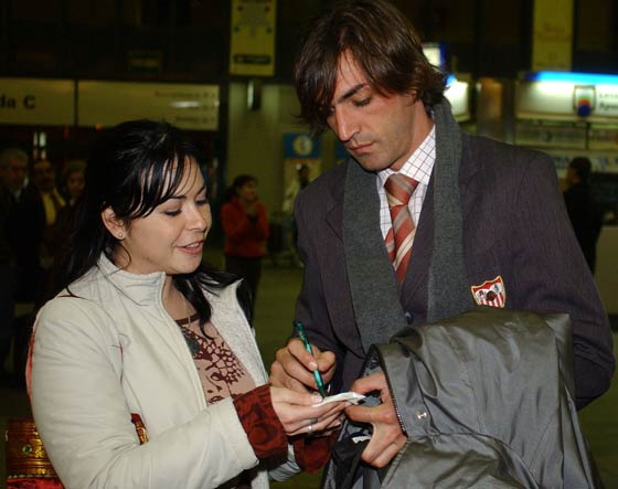 Estación de Santa Justa, Sevilla. Javi Navarro firma un autógrafo a una aficionada antes de coger rumbo a la capital madrileña para la disputa del Real Madrid - Sevilla F.C.  Foto: Manuel Gómez