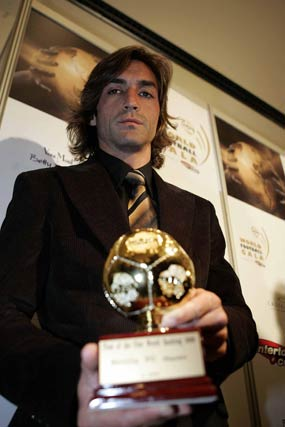 Gala de la Federación Internacional de Historia y Estadística del Fútbol, IFFHS. Javi Navarro, capitán del equipo, recibe el premio al mejor equipo del mundo.  Foto: ARS