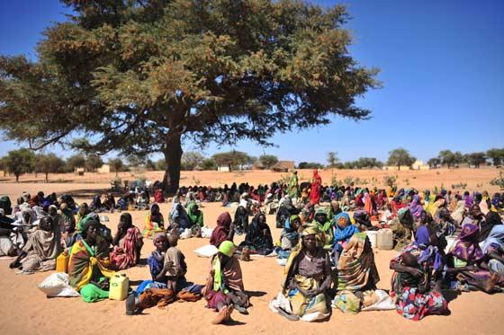 Mujeres sudanesas sentadas a la espera de que las organizaciones internacionales de ayuda humanitaria distribuyan alimentos en el poblado de Silea - Lynsey Addario