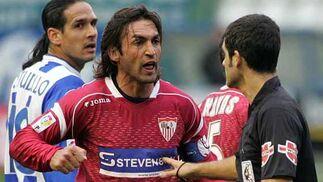 Javi Navarro discute una acción de juego durante un Sevilla F.C. - Alavés.     Foto: ARS