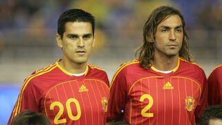 15 de noviembre de 2006: Partido amistoso España - Rumania. En la imagen, Juanito y Javi Navarro, que debuta con la Selección. Tras Puskas, se convierte en el jugador más veterano en debutar con la elástica del combinado nacional, con 32 años.  Foto: ARS