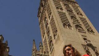 El Sevilla F.C. presenta la Supercopa en la Catedral de Sevilla. De izquierda a derecha: Juande Ramos, José María del Nido, presidente del Sevilla F.C., y Javi Navarro.   Foto: Manuel Gómez