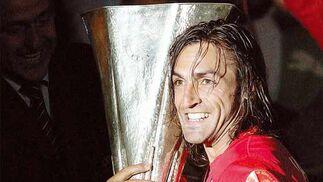 Javi Navarro  sonríe mientras recibe el trofeo de campeón de la Copa de la UEFA, luego que su equipo derrotara en la final (2-2 tras los primeros 90 minutos) 5-3 en la ronda de penaltis al RCD Espanyol, en el estadio Hampden Park en Glasgow, Escocia, Reino Unido.    Foto: Ian Stewart (Efe)