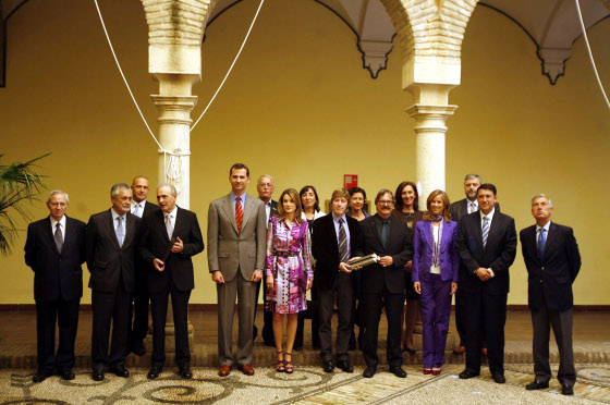 Los galardonados posaron junto a Don Felipe de Borbón y Doña Letizia Ortiz que fueron recibidos por Jose Antonio Griñán, presidente de la Junta de Andalucía, la ministra Cristina Garmendia y el alcalde en funciones, Rafael Blanco.  Foto: D.C.