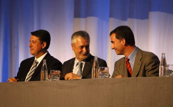 Rafael Blanco, José Antonio Griñán y el Príncipe Felipe durante un momento de la ceremonia.  Foto: D.C.
