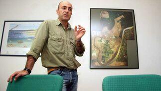 El encargado de la piscifactoria comenta el proceso que siguen en la piscifactoria desde el nacimiento de las especies.  Foto: Belén Vargas
