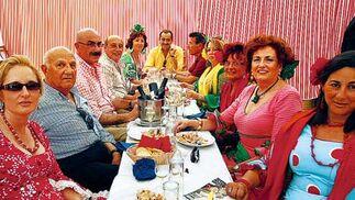 El empresario Antonio Muñoz Verano, ayer con su familia y unos amigos difrutando del buen ambiente que reinó en la caseta de la Caja de Ahorros Inmaculada  Foto: Fito Carreto