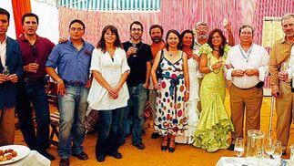 Los redactores de la Delegación de El Puerto y el director de Diario de Cádiz posando junto algunos colaboradores del periódico durante la recepción de ayer  Foto: Fito Carreto