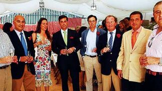 Directivos y trabajadores  de la empresa municipal de fomento económico Impulsa El Puerto junto a Francisco Soto, de Diario de Cádiz, disfrutando de un buen fino en la Feria portuense   Foto: Fito Carreto