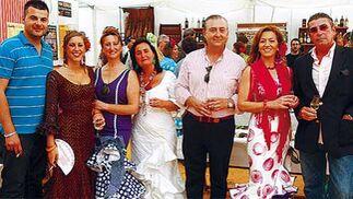 El delegado comercial de Diario de Cádiz en ElPuerto, Francisco Soto, junto a su mujer e hijo además de Pipi Gago y Nuria Sánchez, presidenta de AMEP   Foto: Fito Carreto
