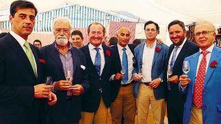 El consejero delegado de Impulsa, Miguel Velasco, con el gerente Cayetano Gómez y los directivos de Rochdale, departiendo con el representante de la CAI en Andalucía, en la caseta de la entidad   Foto: Fito Carreto