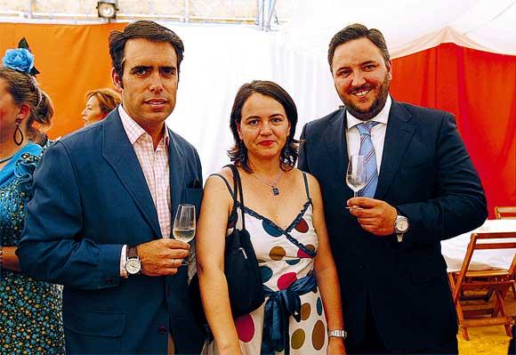 El director de Diario de Cádiz, Rafael Navas, junto a la delegada en ElPuerto del periódico, Teresa Almendros, y el director territorial de Caja Inmaculada Raimundo García-Figueras  Foto: Fito Carreto