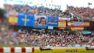 Alonso (Renault) pasa junto a una de las gradas desde las que le animan sus seguidores.  Foto: Reuters / AFP Photo / EFE