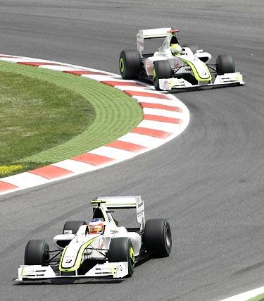 Button y Barrichello, los dos pilotos de Brawn GP.  Foto: Reuters / AFP Photo / EFE
