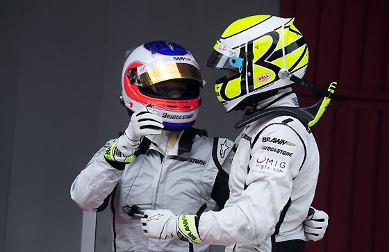 Jenson Button celebra su victoria con su compañero Rubens Barrichello, que terminó segundo.  Foto: Reuters / AFP Photo / EFE