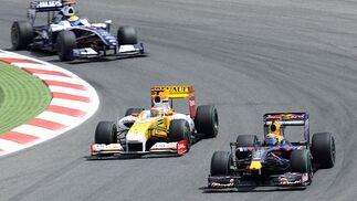 Fernando Alonso (Renault) marcha junto a Mark Webber (Red Bull), por delante de Nico Rosberg (Williams).  Foto: Reuters / AFP Photo / EFE