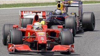 Massa (Ferrari), perseguido por Vettel (Red Bull).  Foto: Reuters / AFP Photo / EFE