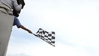 El piloto británico Jenson Button, de Brawn GP, pasa por la línea de meta en Montmeló.  Foto: Reuters / AFP Photo / EFE