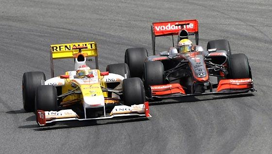 Alonso (Renault) y Hamilton (McLaren-Mercedes).  Foto: Reuters / AFP Photo / EFE