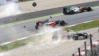 Hamilton atraviesa la zona del accidente mientras Buemi se va a la grava.  Foto: Reuters / AFP Photo / EFE