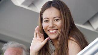 La novia de Button, Jessica Michibata, junto al padre del piloto.  Foto: Reuters / AFP Photo / EFE