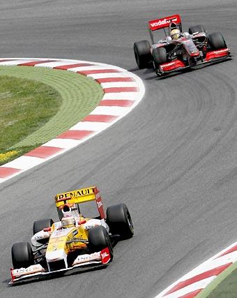 Alonso (Renault), corre delante de Lewis Hamilton (McLaren-Mercedes).  Foto: Reuters / AFP Photo / EFE