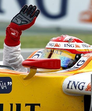 Alonso (Renault) saluda tras terminar quinto en Montmeló.  Foto: Reuters / AFP Photo / EFE