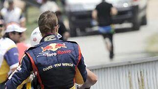 Sebastian Bourdais abandona la pista tras el accidente.  Foto: Reuters / AFP Photo / EFE