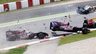 Sebastian Bourdais (Toro Rosso) sale volando después de que choque contra él su compañero Sebastien Buemi. Adrian Sutil (Force India) y Nelson Piquet (Renault) se salvan del accidente.  Foto: Reuters / AFP Photo / EFE