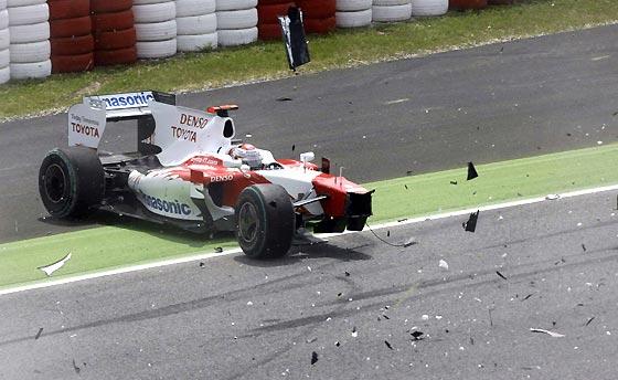 Trulli (Toyota), uno de los damnificados por el choque.  Foto: Reuters / AFP Photo / EFE
