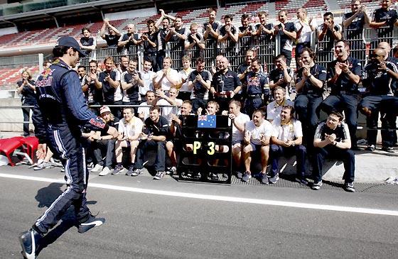 Mark Webber se dirige hacia su equipo para celebrar su tercer puesto.  Foto: Reuters / AFP Photo / EFE