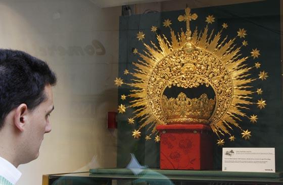 Corona de cultos expuesta en Bolsos Casal.  Foto: Victoria Hildago