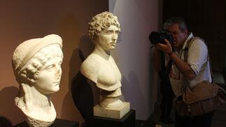 Detalles de dos bustos expuestos en la muestra.  Foto: José Ángel García
