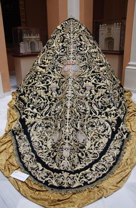 El manto de los Dragones, bordado en los años 40 por el taller de Caro.  Foto: Victoria Hildago
