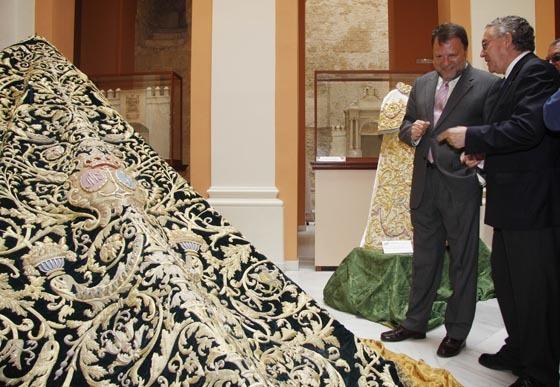 El hermano mayor de la Esperanza, Adolfo Vela, y el alcalde, Sánchez Monteseirín cotemplan el manto de los dragones.  Foto: Victoria Hildago