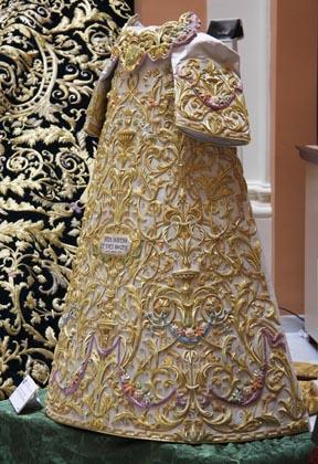 La saya, diseñada por Francisco Javier Sánchez de los Reyes está inspirada en la antigua cerámica trianera.  Foto: Victoria Hildago