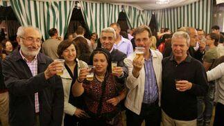 El concejal de IU, Joaquín del Valle, posa en la caseta del partido con algunos de los militantes que asistieron a la inauguración.  Foto: Vanesa Lobo/Pascual