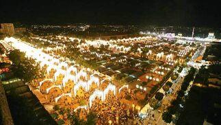 Imagen del Real de la Feria en el mismo momento del encendido, tomada desde la Rosaleda.  Foto: Vanesa Lobo/Pascual
