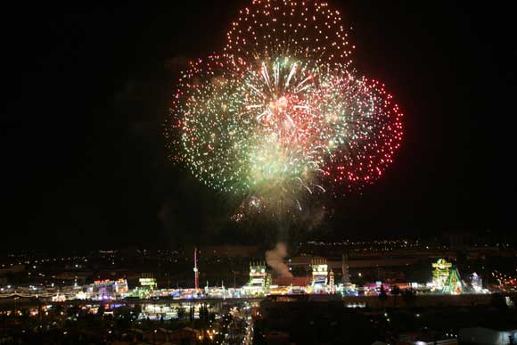 Momento del castillo de fuegos artificiales que abrió la Feria del Caballo.  Foto: Vanesa Lobo/Pascual