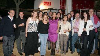 La alcaldesa, Pilar Sánchez, con algunos de los delegados que asistieron a la inauguración del PSOE, el sábado por la noche.  Foto: Vanesa Lobo/Pascual