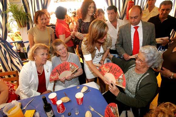 La alcaldesa, repartiendo abanicos en la caseta del Mayor.  Foto: Vanesa Lobo/Pascual