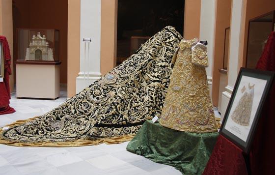 La saya del aniversario y el manto de los dragones, piezas que lucirá la Virgen en las salidas extraordinarias.  Foto: Victoria Hildago