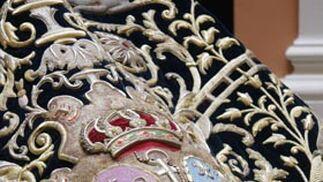 El escudo de la hermandad en el manto de los dragones.  Foto: Victoria Hildago