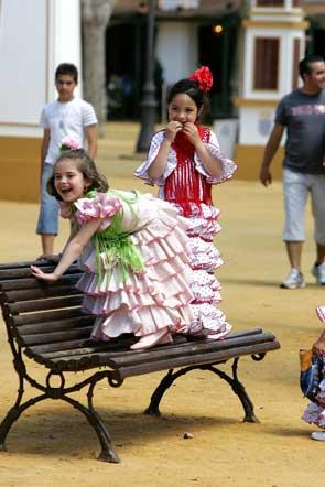 Dos jovencísimas flamencas juegan en un banco del González Hontoria.  Foto: Vanesa Lobo/Pascual
