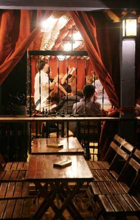 La terraza de una caseta luce vacía, mientras en el interior se vive la fiesta.  Foto: Vanesa Lobo/Pascual