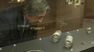 Un visitante observa con detalle algunas muestras.  Foto: José Ángel García