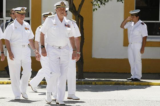 El Rey Juan Carlos visita el Instituto Hidrográfico de la Marina en Cádiz.   Foto: Julio Gonzalez
