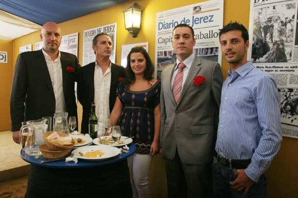 Carlos Vázquez, Iván Carreter, Francisco Abascal y Alejandro Grilo, de Discoteca Oxi, junto a Marisa López, del departamento comercial de Diario de Jerez.  Foto: Vanessa Lobo