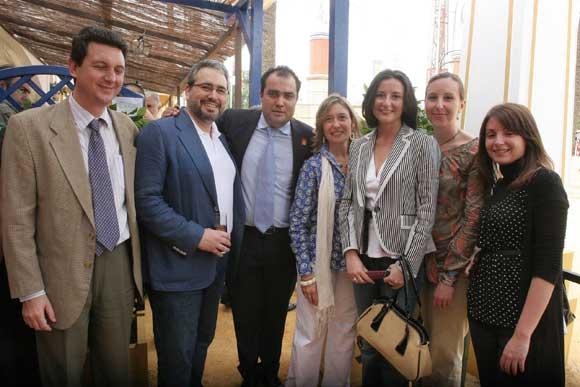 El director y gerente del Diario, David Fernández y Miguel Berraquero, posan junto a miembros y equipo comercial de Alfonso Catering.  Foto: Vanessa Lobo