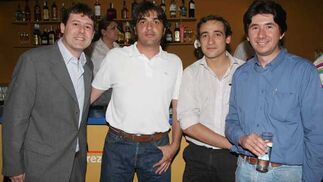 Pedro Figueroa, de Aislamientos Figueroa; Ignacio Méndez y Gregory Rodríguez, ambos clientes uruguayos de esta empresa, y Juan Luis Pérez, de Diario de Jerez.   Foto: Vanessa Lobo